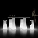 osvětlené barové stoly a židle Fura